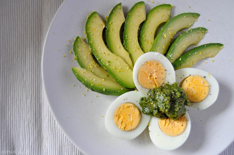 Avokádo s pestem a vejcem