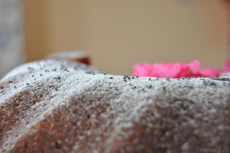Mák na povrchu makové bábovky