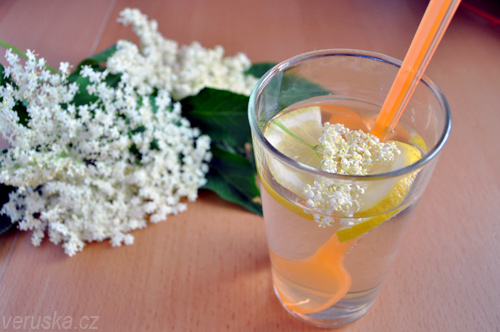Limonáda se sirupem z květů černého bezu
