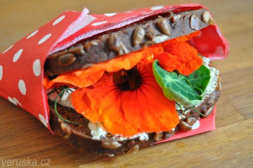 Svačina - tmavý chléb s pomazánkou a lichořeřišnicí