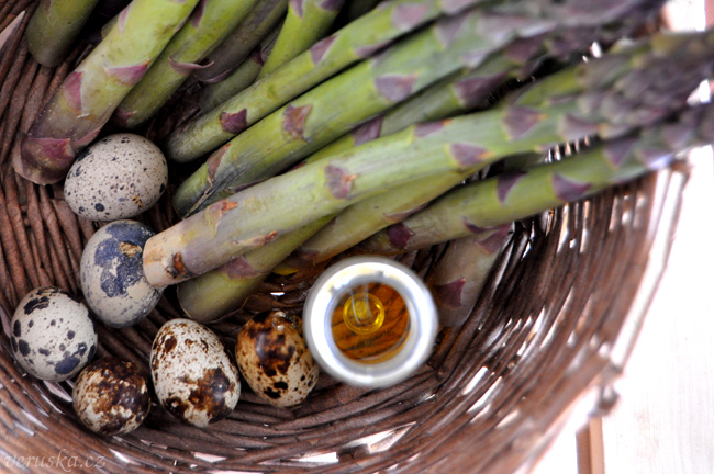 Chřest, křepelčí vejce a hořčičný olej