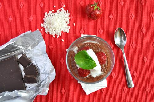 Čokoládová rýže s jahodami a kysanou smetanou