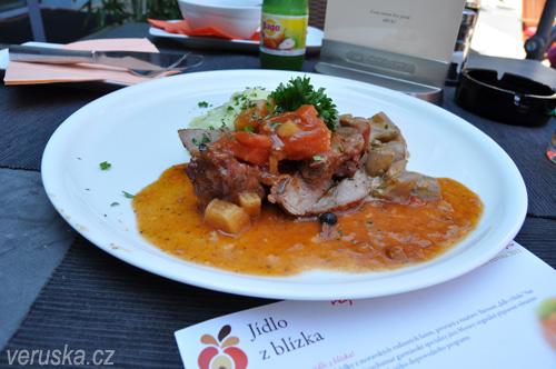 Jídlo zblízka - jehněčí pečínka v restauraci Boulevard