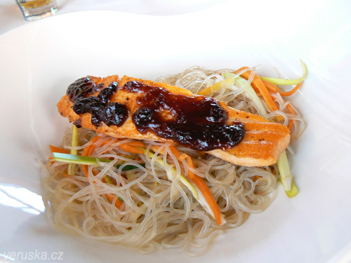 Steak z lososa s teriyaki glazurou podávaný s restovanou asijskou zeleninou a singapurskými nudlemi