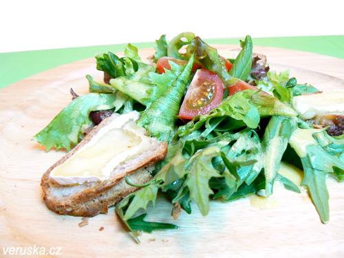 Listový salát s mibunou a mizunou, bagetkou a sýrem camembert