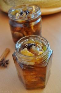 Pečený čaj z mandarinek, jablek a citronu s kořením, slazený tmavým cukrem.