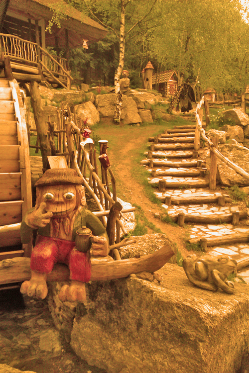 Pohádková vesnička - vodník a v pozadí Kanimůra
