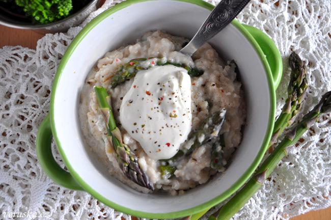 Porridge s chřestem a kozím sýrem