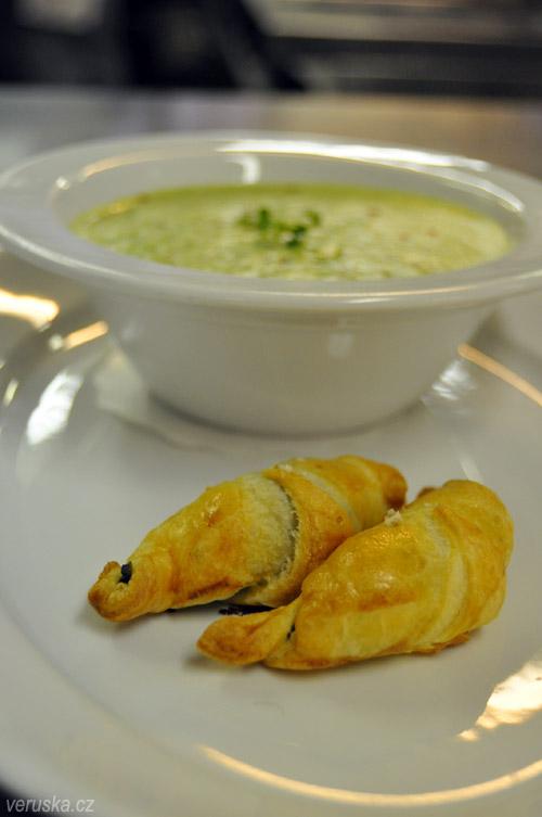 Škola vaření U Kastelána - rohlíčky se špenátovou náplní a bylinková polévka