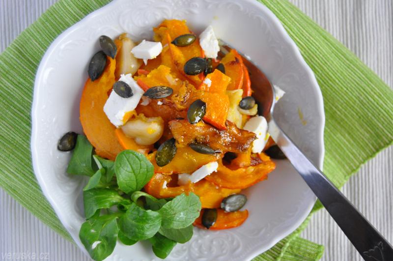 Salát z pečené dýně s polníčkem, semínky a fetou