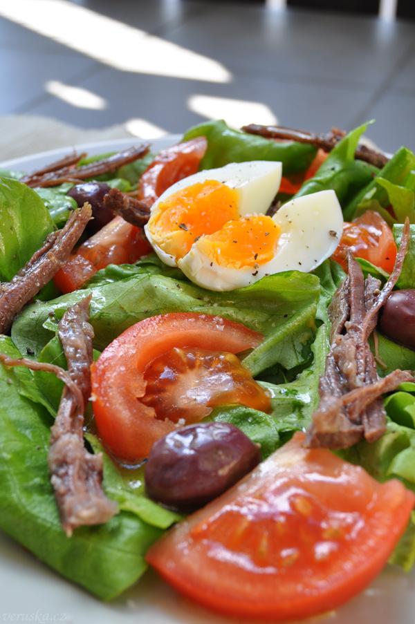 Hlávkový salát s rajčetem, trhaným hovězím, vejcem a olivami