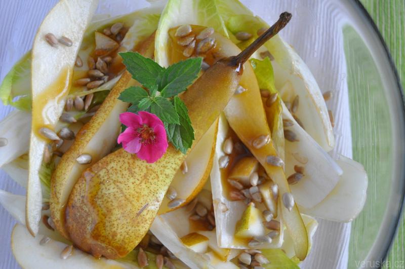Salát s čekankou, hruškou a praženou slunečnicí