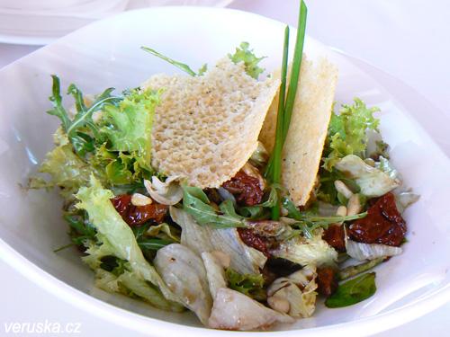 Míchaný listový salát podávaný s piniovými oříšky, sluncem sušenými rajčaty, parmezánovými chipsy a pommery vinaigrete