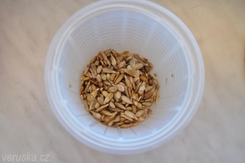 Naklíčená slunečnicová semínka v kelímku od ricotty