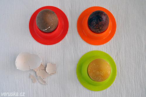 Na tomto obrázku trůní vlevo nahoře slepičí vejce barvené červenou řepou, vedle se vyvedly slupky červené cibule a vespod kurkuma. Všechna vejce byla původně hnědá.