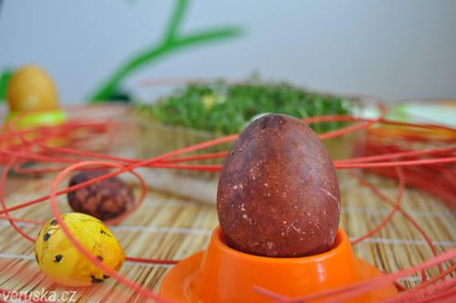 Velikonoční vejce slepičí obarvené červenou cibulí