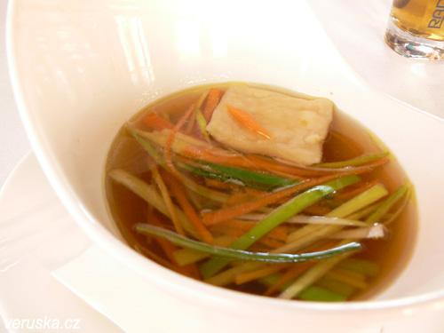 Kuřecí vývar s domácími ravioli a zeleninou julienne